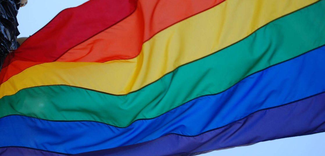 LGBTQのシンボルのレインボーフラッグ
